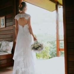 Vestido de noiva renda e cauda com tecido para ajuste