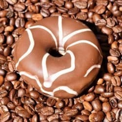 DONUT CHOCOLATE COM CAFÉ