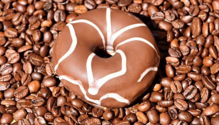 DONUT CHOCOLATE COM CAFÉ